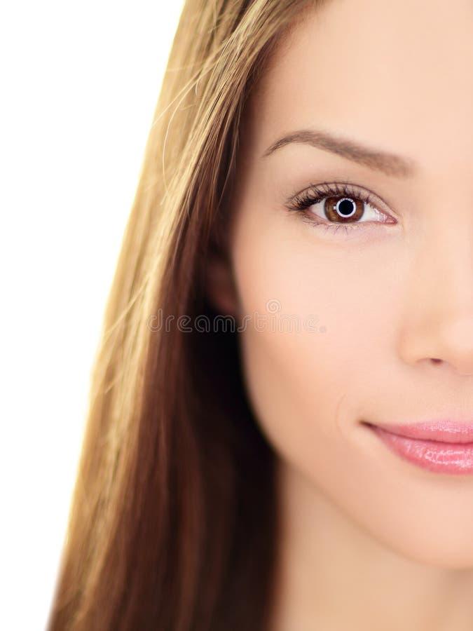 Женщина красоты - совершенный крупный план заботы кожи стоковые фото