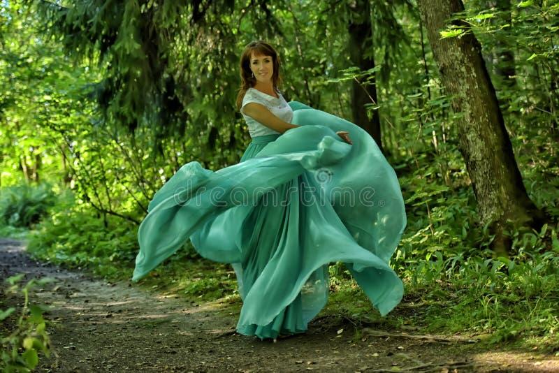 Женщина красоты с летанием платья стоковое фото rf