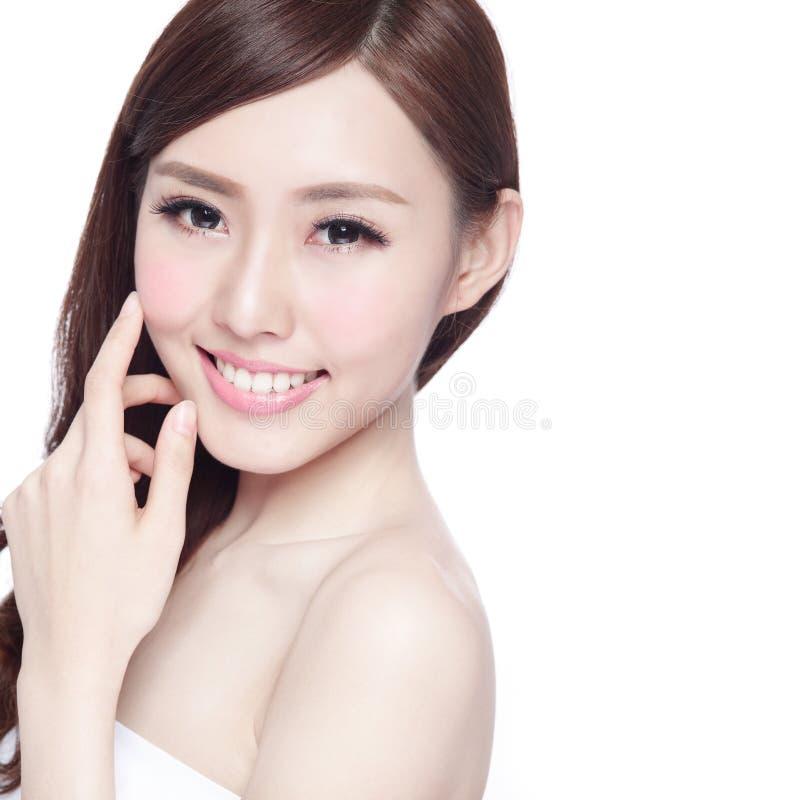 Женщина красоты с очаровательной улыбкой стоковые изображения rf