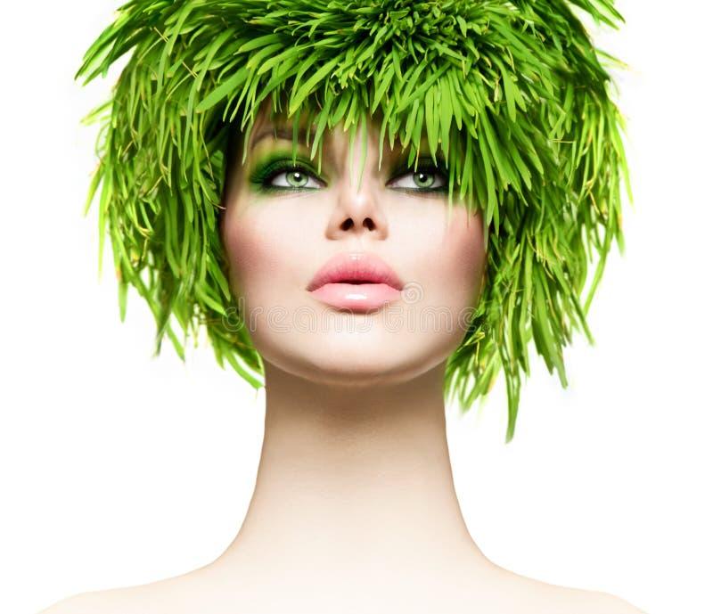 Женщина красоты с свежими волосами зеленой травы стоковые фото