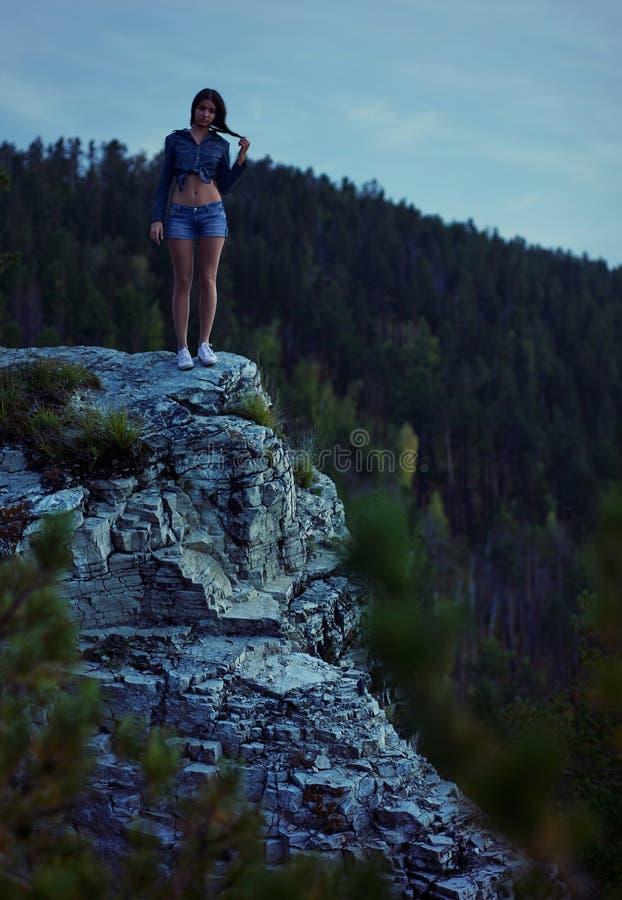 женщина края скалы стоковые изображения rf