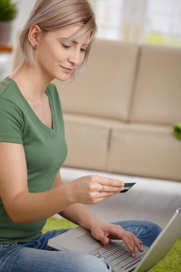 женщина кредита карточки он-лайн оплачивая стоковая фотография rf