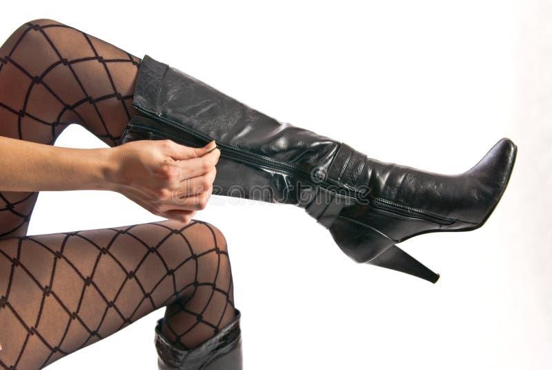 женщина кренит высокие ботинки колготки ног стоковая фотография