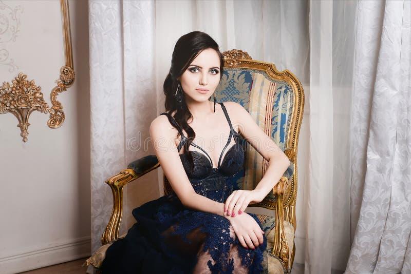 женщина кресла сидя ретро, винтажный стиль Способ стоковое фото rf