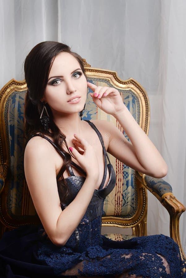 женщина кресла сидя ретро, винтажный стиль Способ стоковые фотографии rf