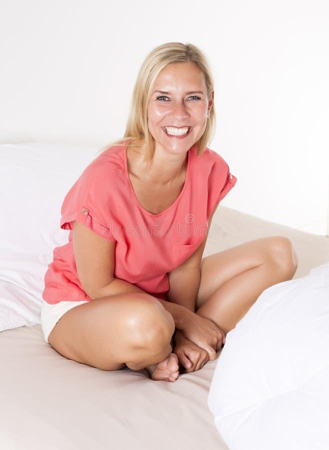 женщина кровати белокурая стоковое изображение rf