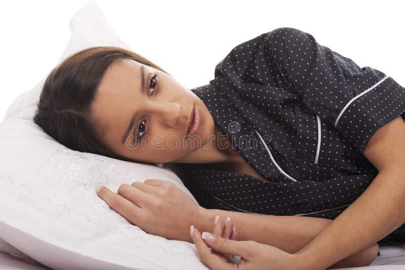 женщина кровати лежа стоковое фото rf