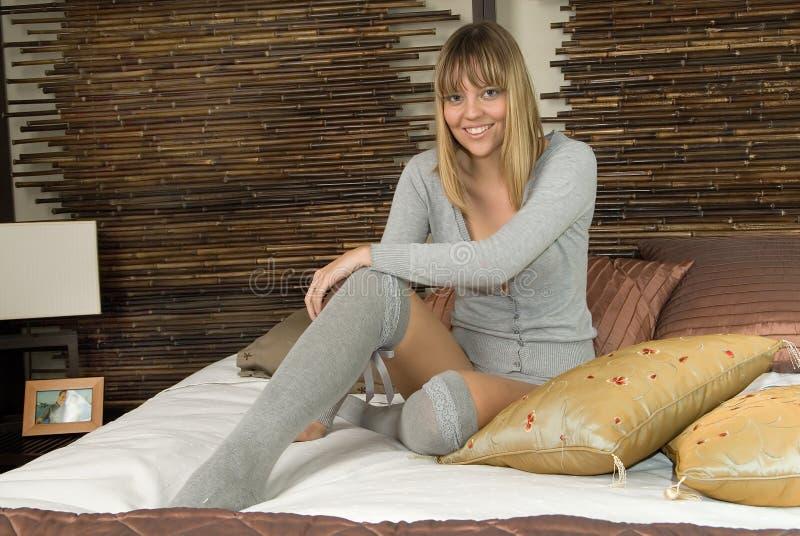 женщина кровати смеясь над стоковое изображение rf