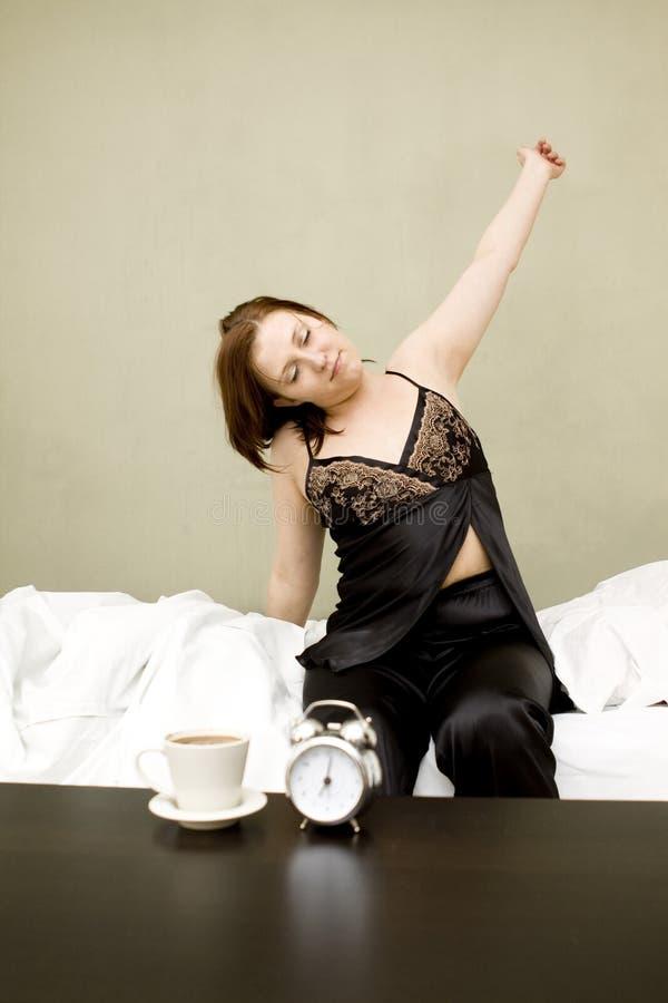 женщина кровати стоковые изображения