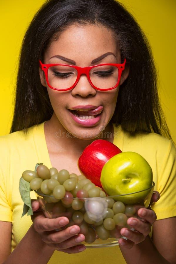 Женщина крупного плана Афро-американская с плодоовощами стоковое фото rf