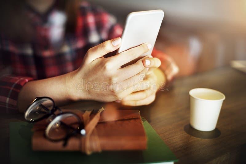 Женщина крупного плана вручает концепцию мобильного телефона стоковая фотография rf