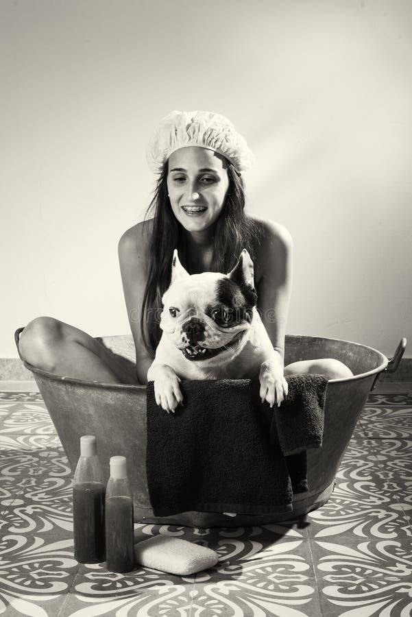 Женщина купая собаку в черно-белом стоковое изображение rf