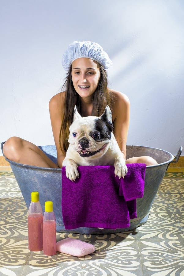 Женщина купая собаку стоковое фото