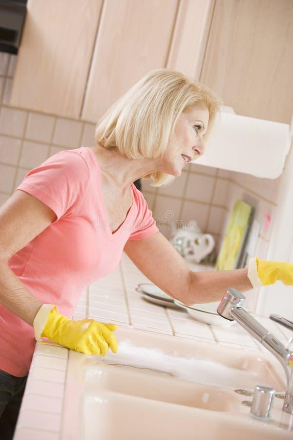женщина кухни чистки встречная стоковое изображение