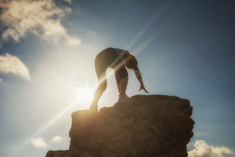 женщина к верхней части горы на заходе солнца стоковые фото