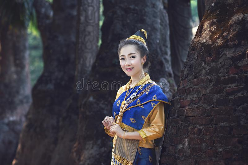 Женщина Лаоса, красивая девушка Лаоса в костюме стоковые изображения rf