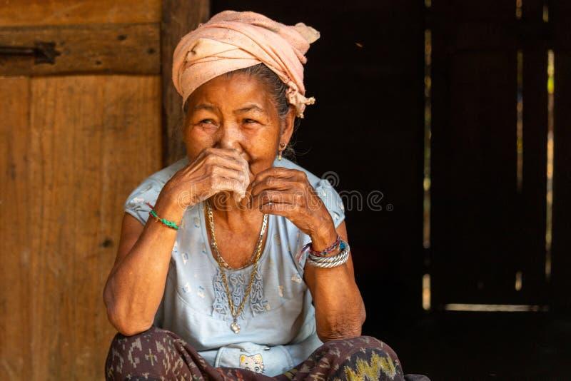 Женщина Лаос этнического меньшинства старшая стоковые изображения