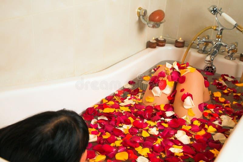 женщина лепестка ванны розовая стоковые изображения rf