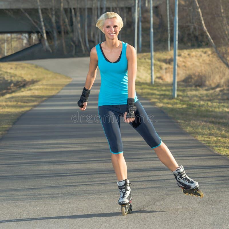 женщина лета кататься на коньках ролика парка сь на коньках стоковые изображения rf