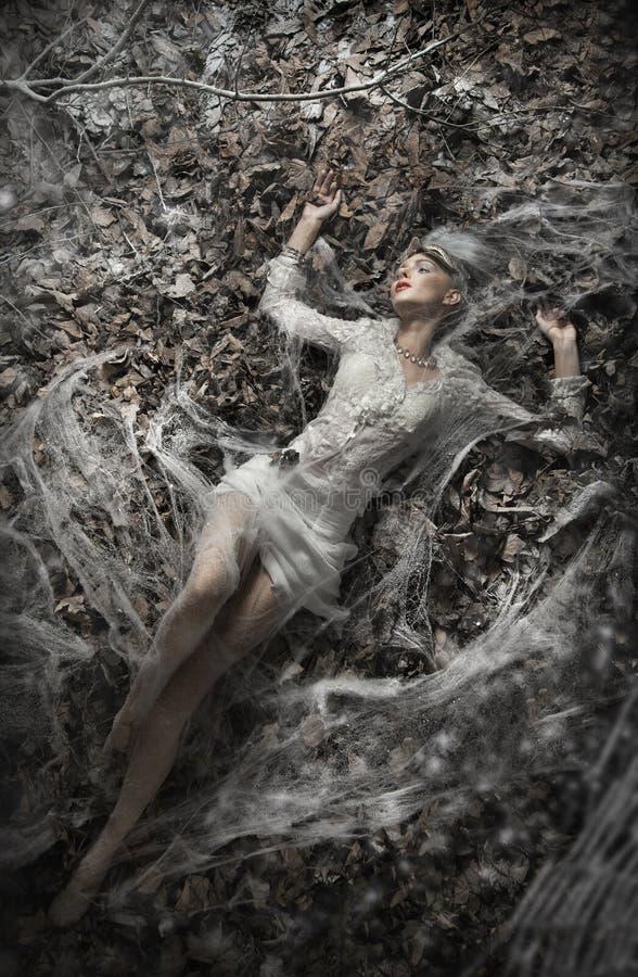 женщина листьев лежа сексуальная стоковые изображения rf