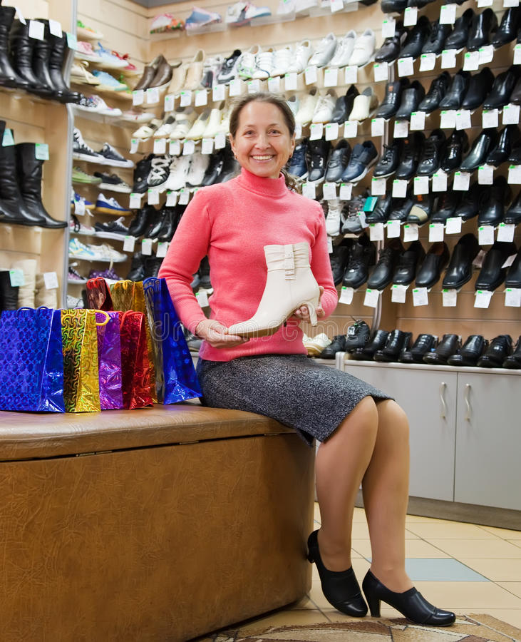 женщина магазина покупкы ботинка стоковое изображение