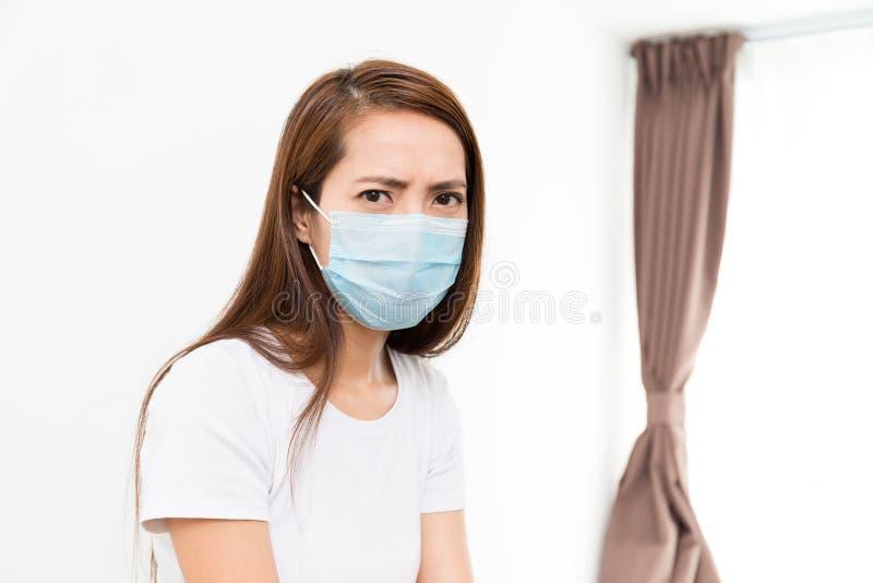 женщина маски нося стоковое изображение rf