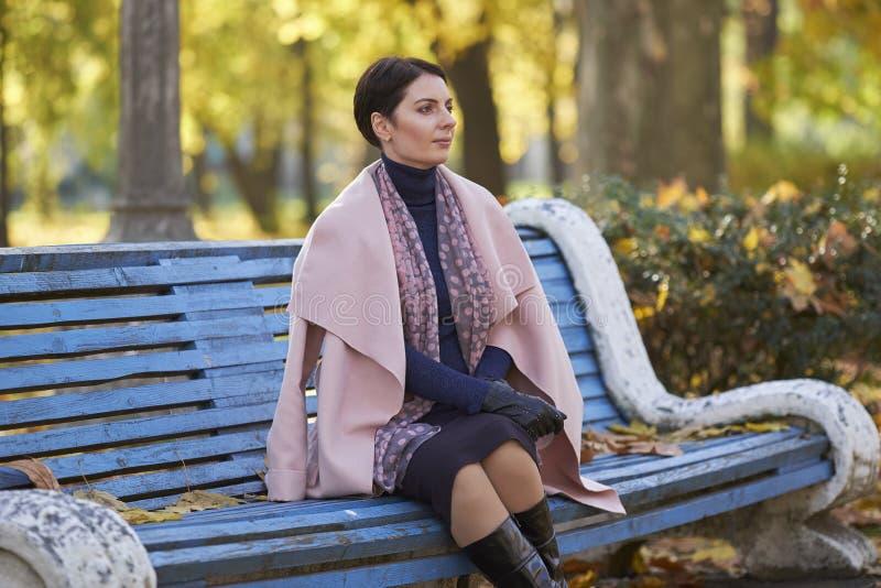 Женщина мечтает в парке осени стоковое изображение rf