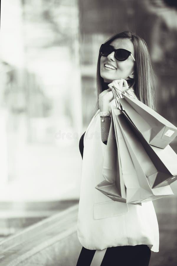 женщина мешков ходя по магазинам стоковые фотографии rf