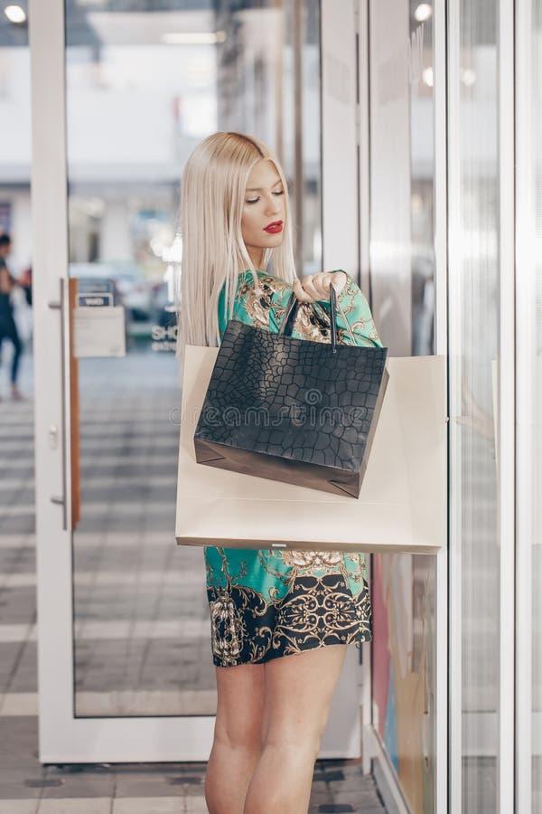 женщина мешков ходя по магазинам стоковое фото rf