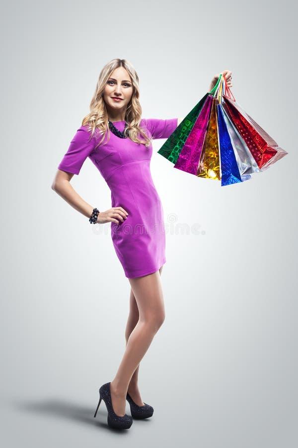 женщина мешков ходя по магазинам Покупатель сбывания Стрельба студии стоковое фото rf