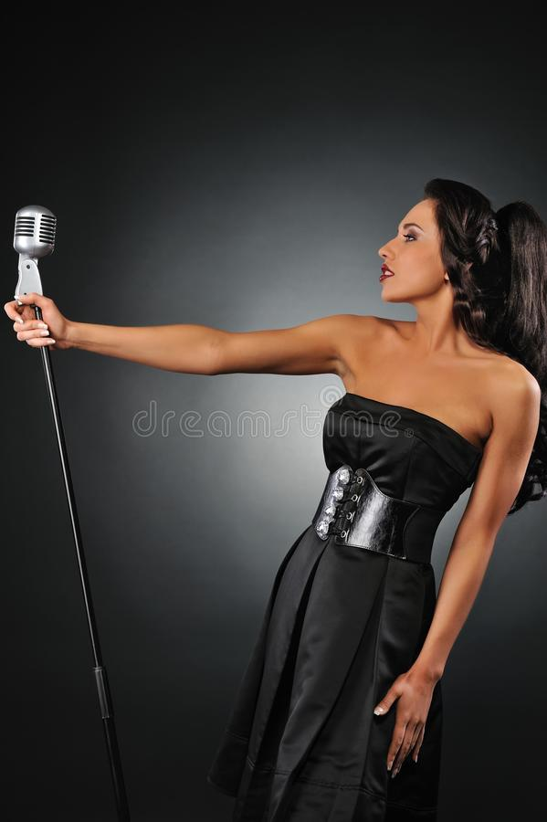 женщина микрофона ретро стоковое фото rf