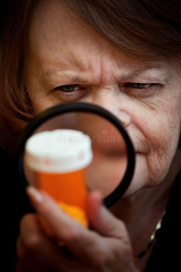 женщина микстуры бутылки рассматривая стоковые фото