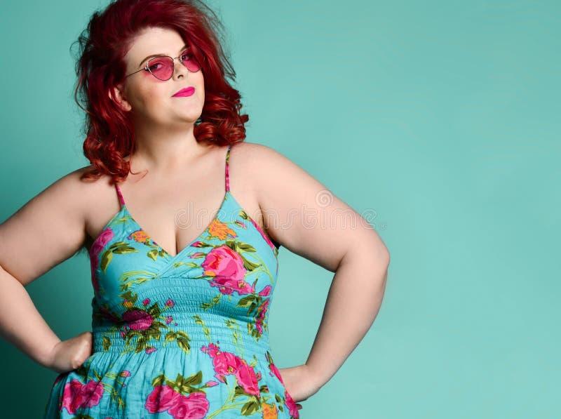Женщина милого плюс-размера жирная с загадочной загадочной стороной смотрит нас как она подозрюет нас проказы или фокуса на мяте стоковая фотография