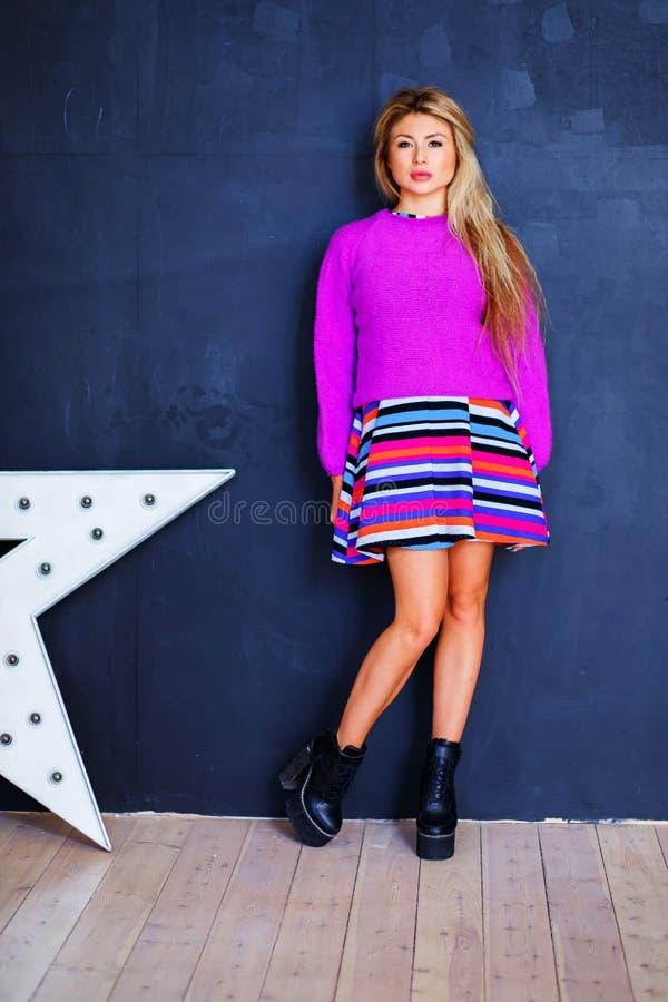 Женщина моды в ультрамодном платье весны Стильный волнистый стиль причёсок, дама очарования белокурая в сексуальной одежде Шаловл стоковое изображение rf