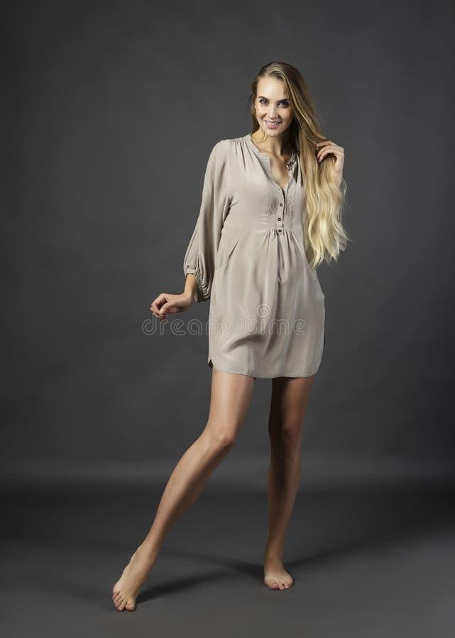 Женщина молодой красивой беременной leggy белокурая нося короткое ligh стоковые фотографии rf