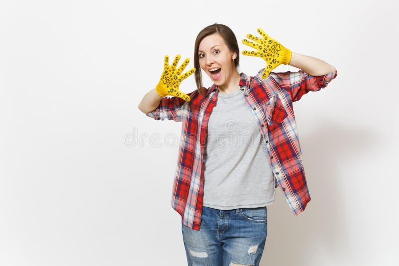 Женщина молодой потехи сумасшедшая красивая показывая руки в построении желтых перчаток с печатью потехи изолированной на белой п стоковое изображение rf