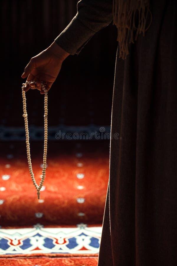 Женщина моля в мечети стоковые изображения rf