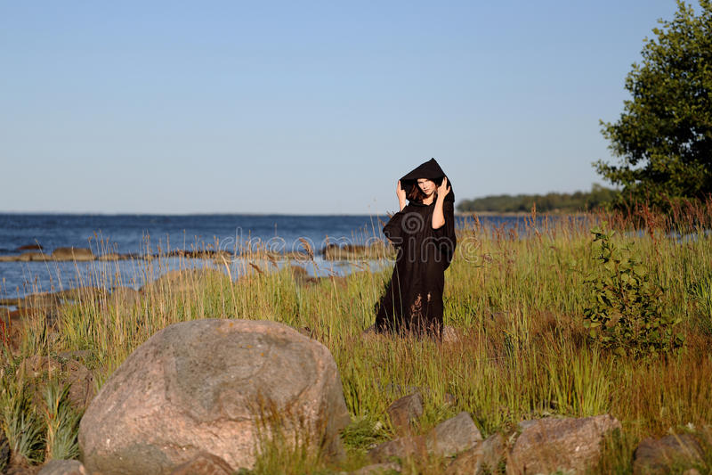 Женщина монашки на пляже стоковая фотография