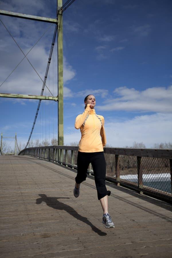 женщина моста jogging стоковые фотографии rf