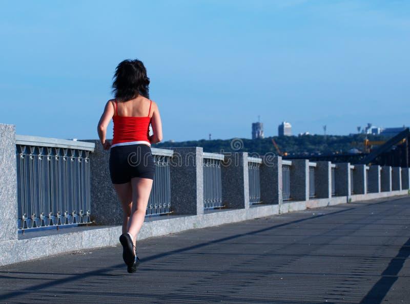 женщина моста jogging стоковое изображение rf