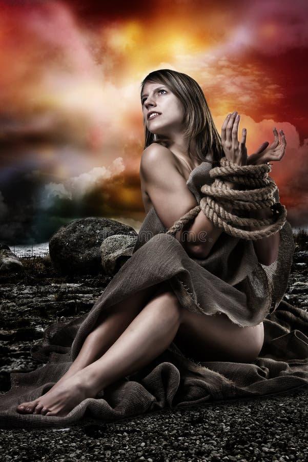 Женщина с связанными вверх руками стоковые фото