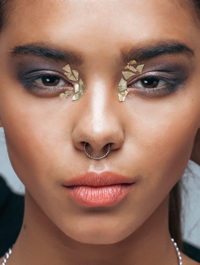 Женщина молодой красоты Афро-американская с модой стоковые фото