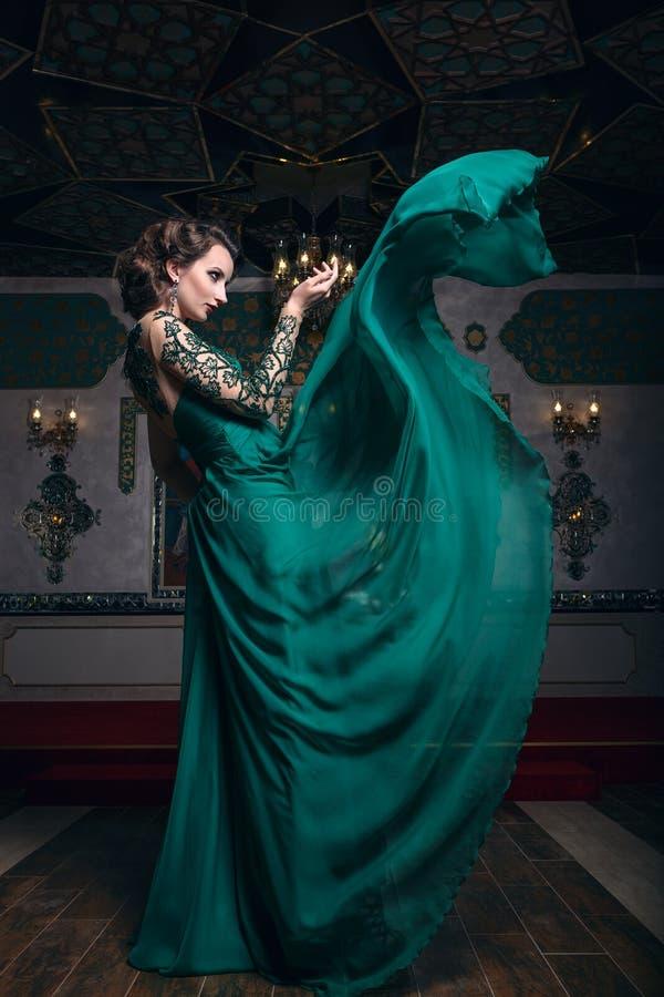 Женщина моды в порхая платье стоковое изображение