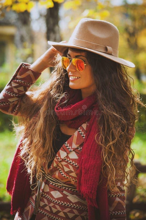 Женщина моды осени внешняя стоковая фотография
