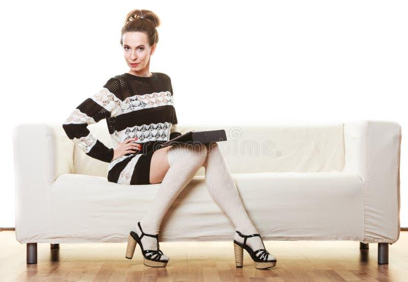 Женщина моды ультрамодная с таблеткой дома стоковые фотографии rf