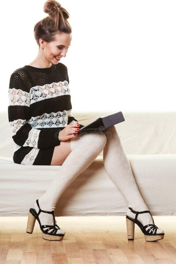 Женщина моды ультрамодная с таблеткой дома стоковое фото