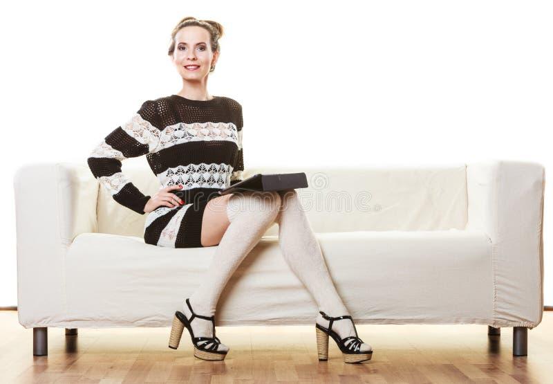 Женщина моды ультрамодная с таблеткой дома стоковая фотография rf