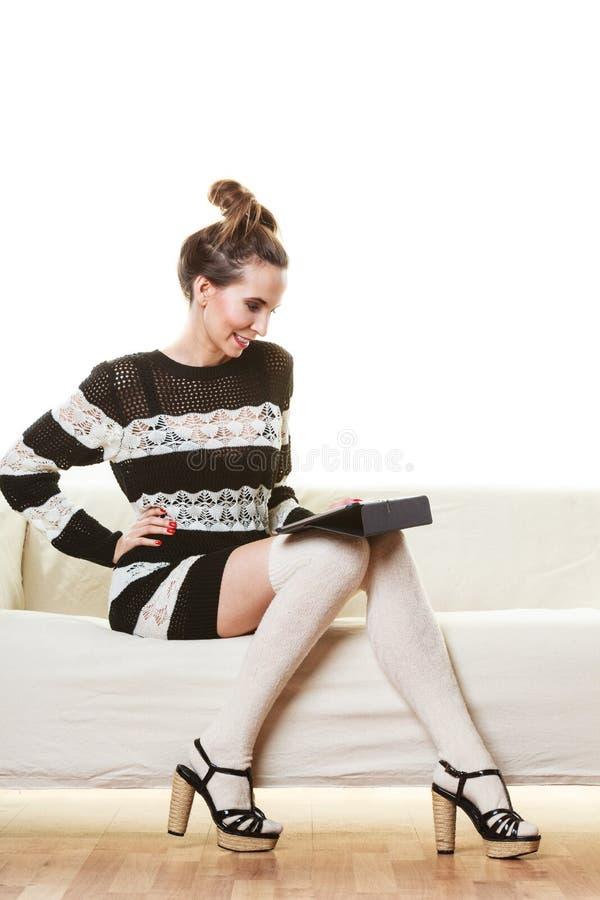 Женщина моды ультрамодная с таблеткой дома стоковое изображение