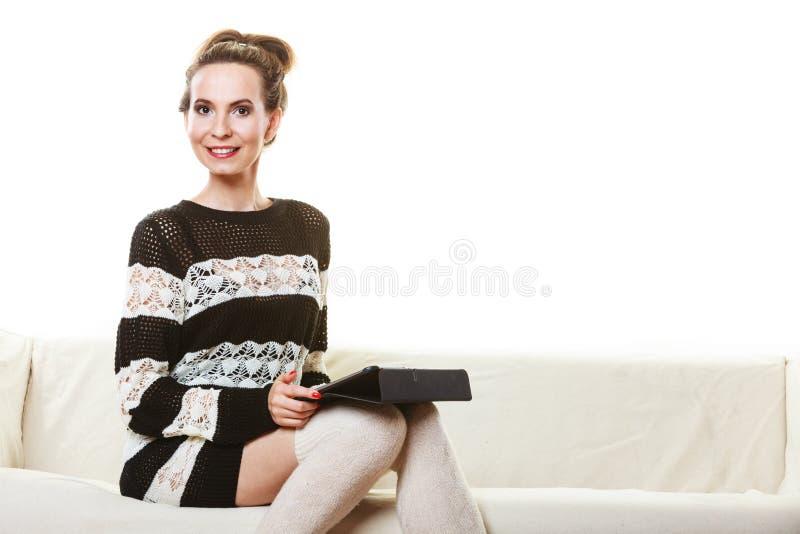 Женщина моды ультрамодная с таблеткой дома стоковое фото rf