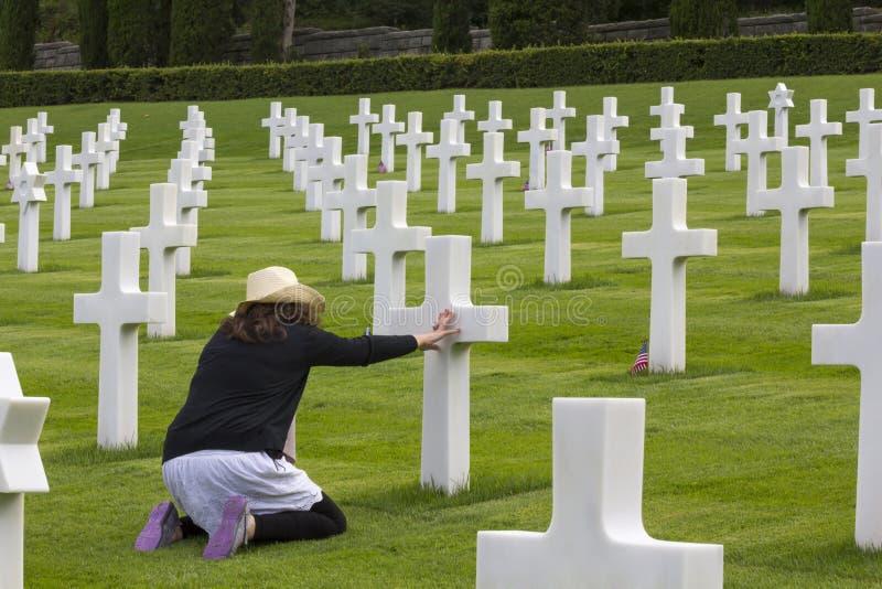 Женщина моля в мемориальном кладбище стоковые изображения rf